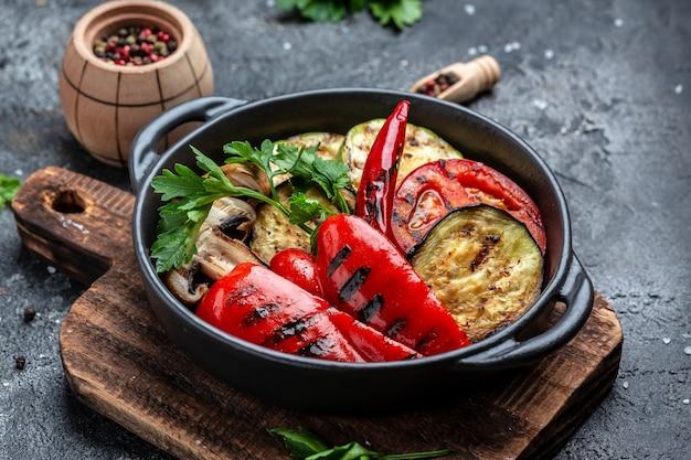 Assortiment de divers aliments végétaliens pour barbecue, ensemble de légumes grillés