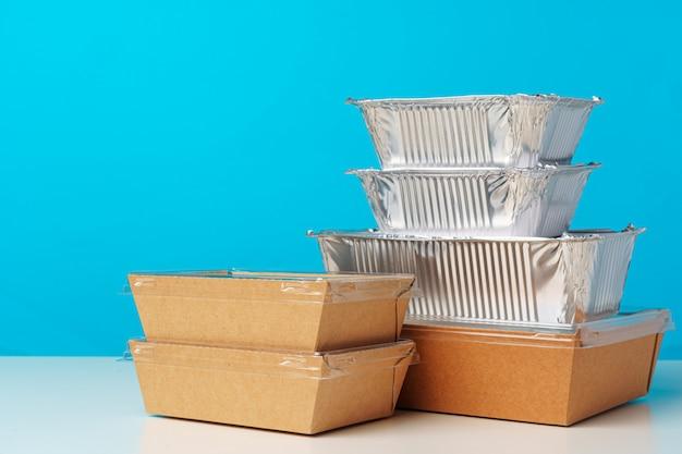 Assortiment de divers contenants de livraison de nourriture sur table