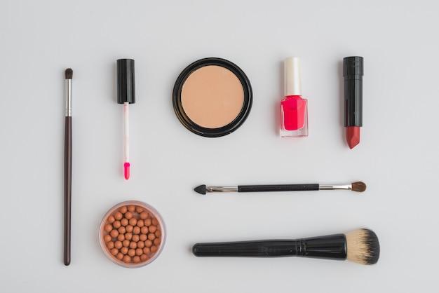 Assortiment de divers produits cosmétiques sur fond blanc