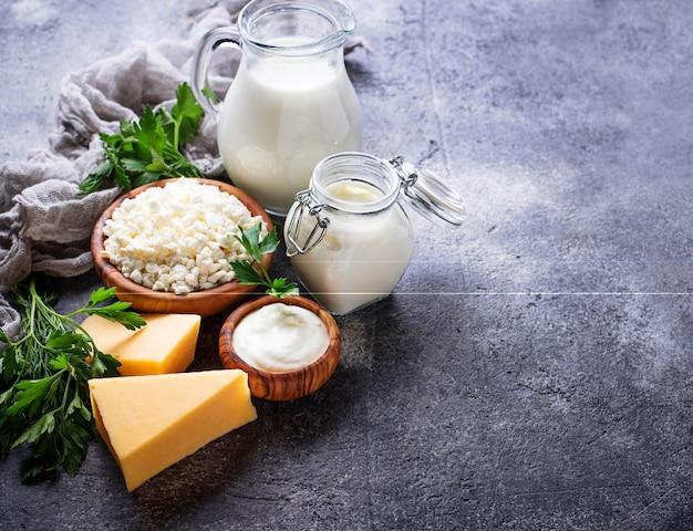 Assortiment de divers produits laitiers.