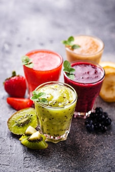 Assortiment de divers smoothies santé