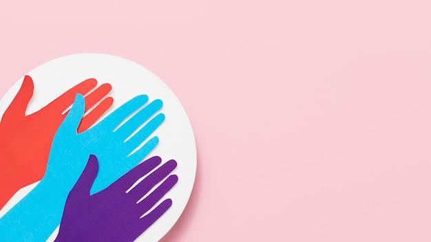 Assortiment de diversité de mains en papier de couleur différente avec espace de copie