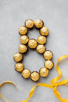 Assortiment du 8 mars avec des bonbons au chocolat