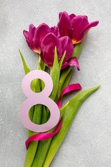 Assortiment du 8 mars avec bouquet de fleurs