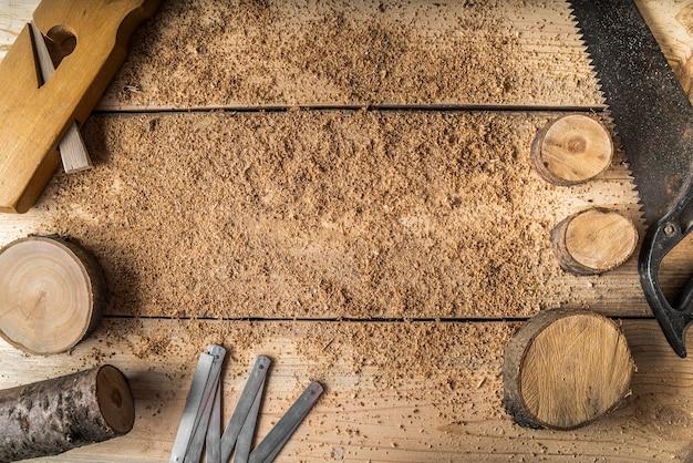 Assortiment d'éléments d'artisanat en bois