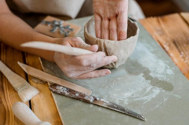 Assortiment d'éléments de poterie en atelier