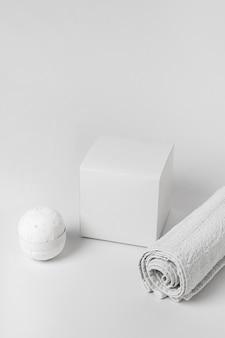 Assortiment d'éléments de spa sur fond blanc