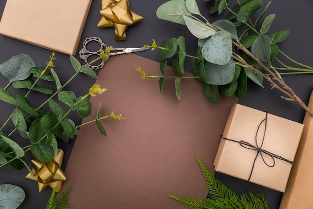 Assortiment d'emballage cadeau plat avec espace copie