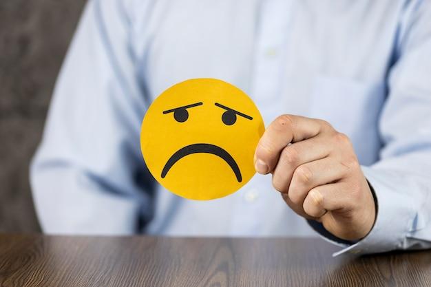 Assortiment avec emoji triste sur carte