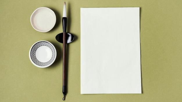 Assortiment d'encre de chine avec papier vide