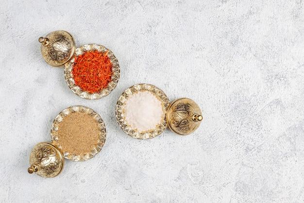Assortiment d'épices sur table de cuisine