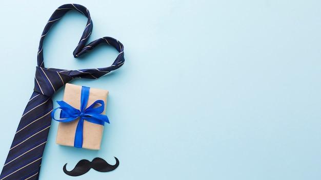 Assortiment de fête des pères avec cravate et cadeau