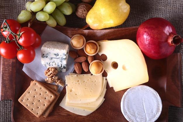 Assortiment de fromages aux fruits, raisins et noix
