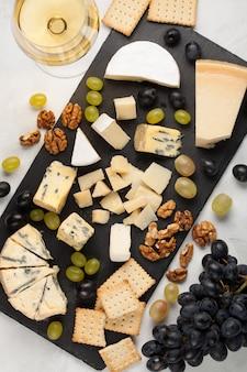 Assortiment de fromages aux raisins blancs.