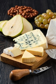 Assortiment de fromages et de collations pour le vin