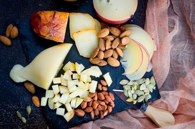 Assortiment de fromages de différentes formes et tailles