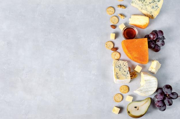 Assortiment de fromages sur fond clair