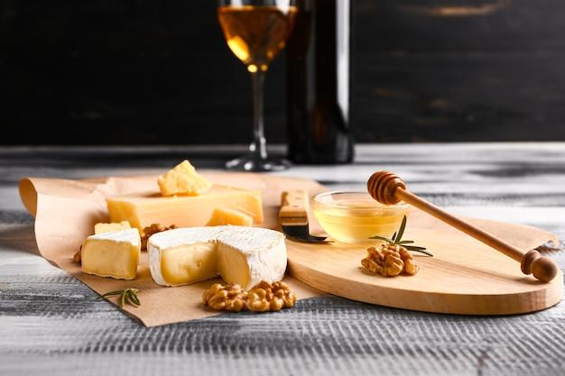 Assortiment de fromages frais sur table en bois