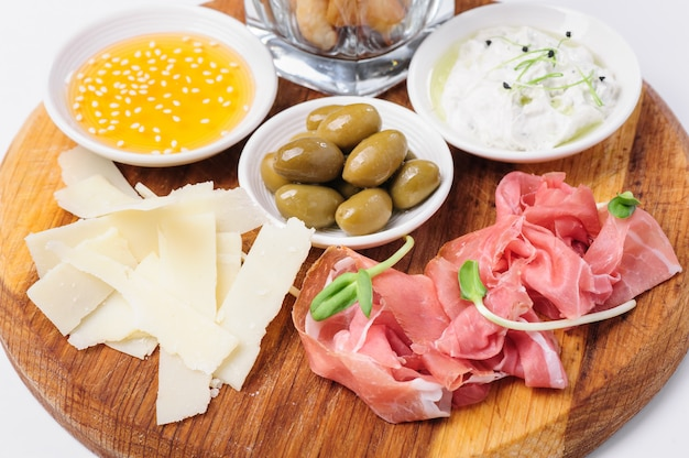 Assortiment de fromages, noix et autres collations
