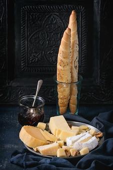 Assortiment de fromages sur planche de bois