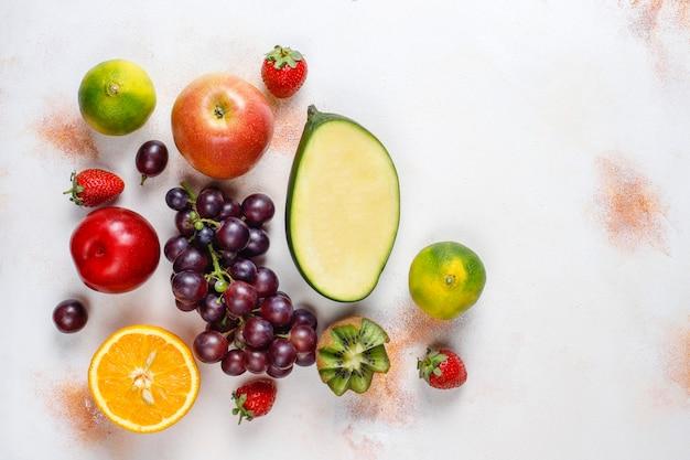 Assortiment de fruits et de baies biologiques frais
