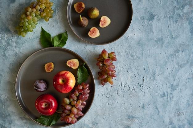 Assortiment de fruits biologiques sains dans des assiettes