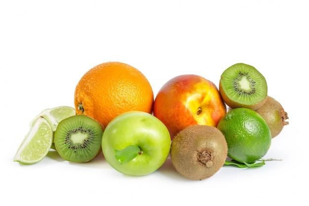 Assortiment de fruits exotiques isolé sur blanc
