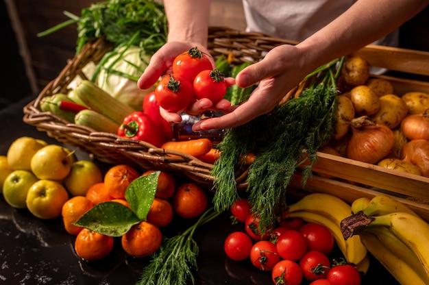 Assortiment de fruits et légumes frais sur table en bois