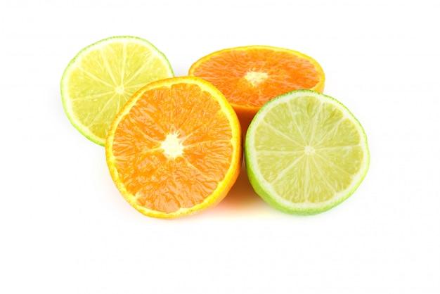 Assortiment de fruits de mandarine et citron vert avec des feuilles