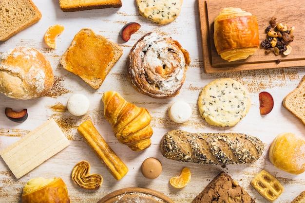 Assortiment de fruits et de pâtisserie