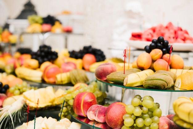 Assortiment de fruits présenté sur une table