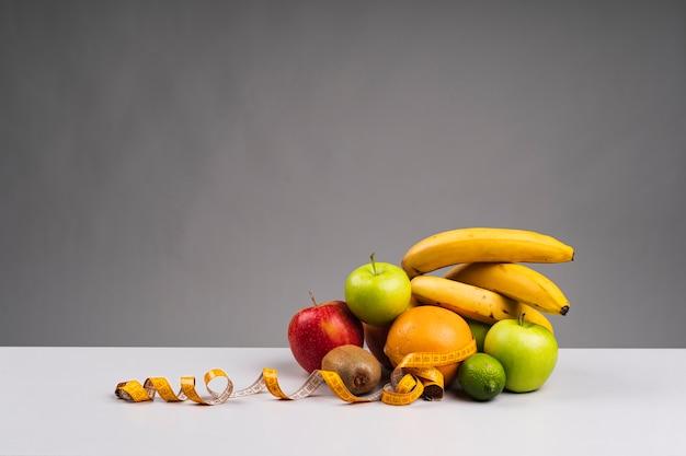 Assortiment de fruits sains avec espace de copie