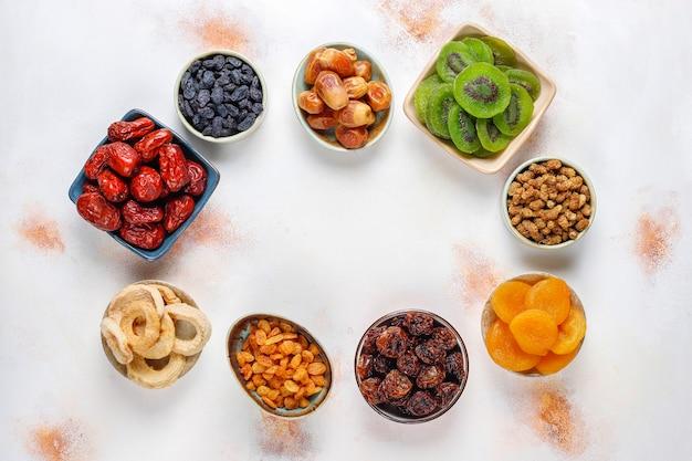 Assortiment de fruits séchés bio.