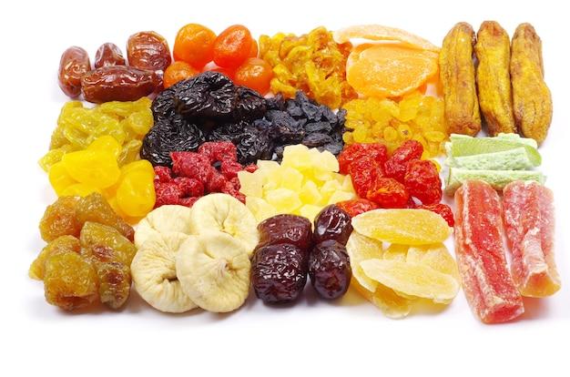 Assortiment de fruits secs isolés sur blanc