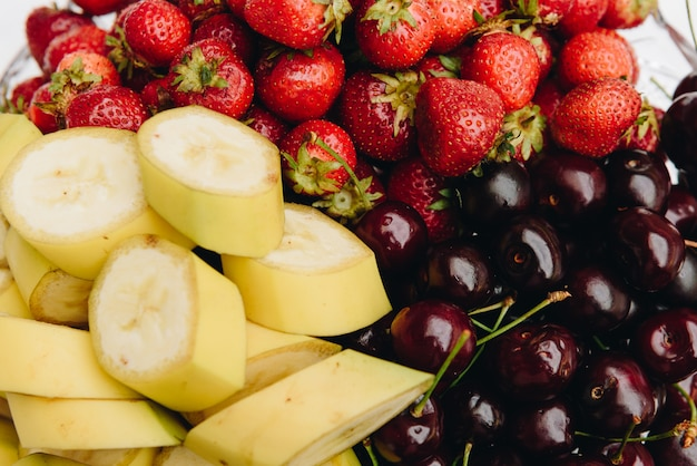 Assortiment de fruits tels que bananes, fraises et cerises