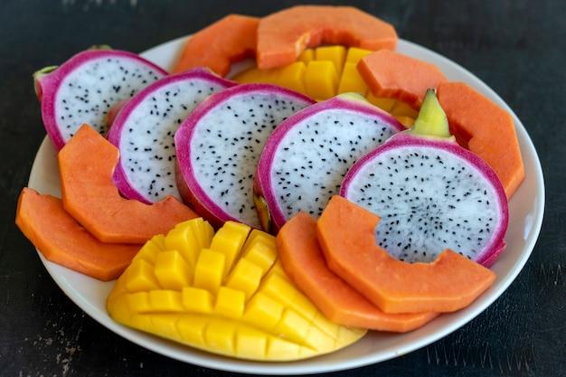 Assortiment de fruits tropicaux sur une assiette