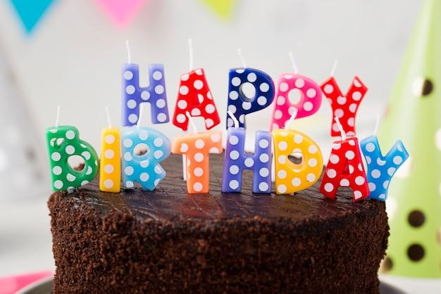 Assortiment avec gâteau d'anniversaire au chocolat et bougies