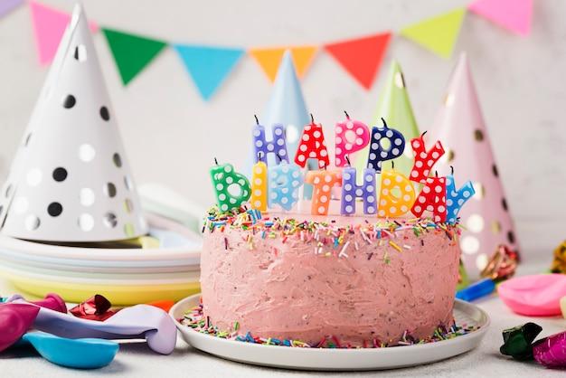 Assortiment avec un gâteau rose pour la fête d'anniversaire
