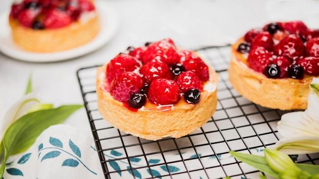 Assortiment de gâteaux fruités à angle élevé