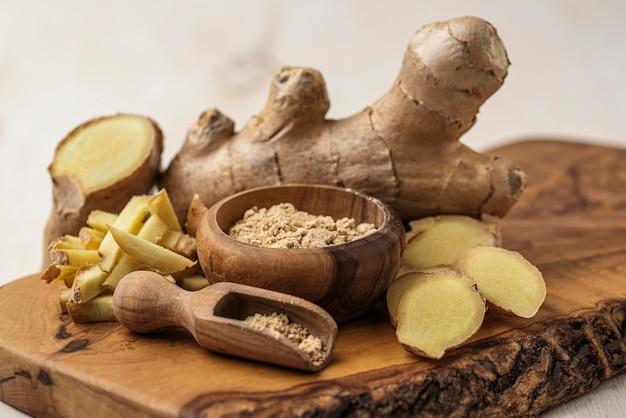 Assortiment de gingembre sur planche de bois