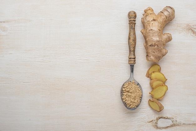Assortiment de gingembre sur table en bois avec espace copie
