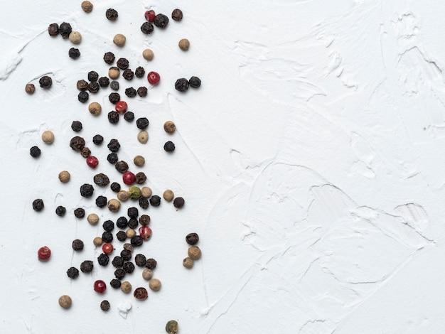 Assortiment de grains de poivre
