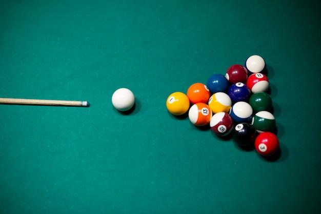 Assortiment grand angle avec des balles de billard sur la table