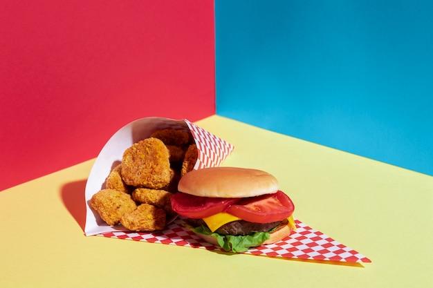 Assortiment grand angle avec pépites et cheeseburger
