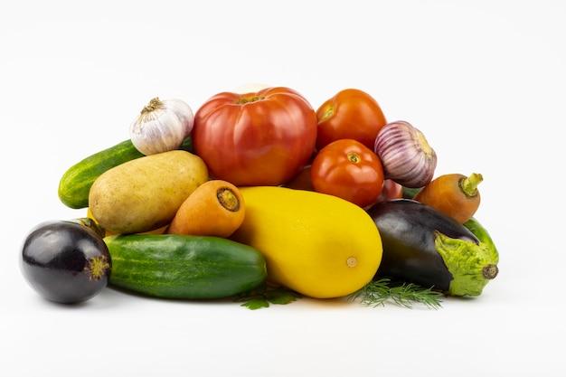 Un assortiment de gros plan de légumes frais isolé sur fond blanc.