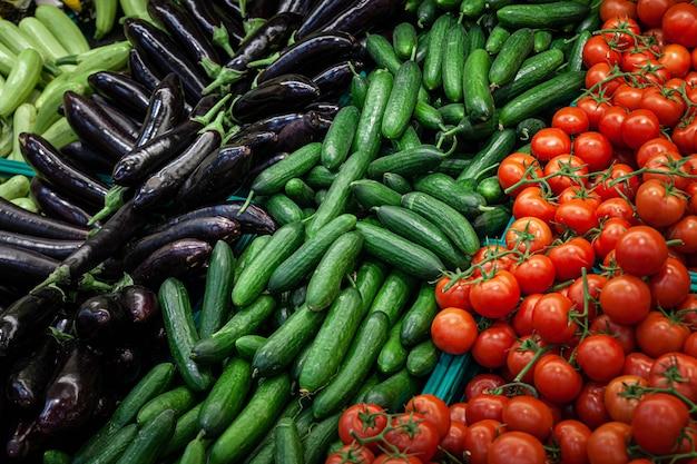 Assortiment de gros plan de nombreux légumes frais sur le comptoir du supermarché
