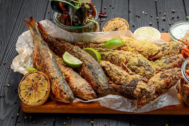 Assortiment de hors-d'œuvre de fruits de mer, poisson frit, moules et crevettes