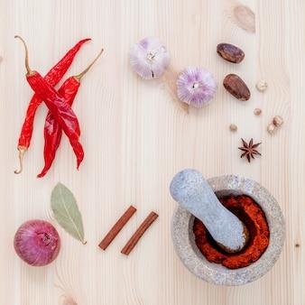 Assortiment d'ingrédients d'épices et de pâte mis en place sur une table en bois.
