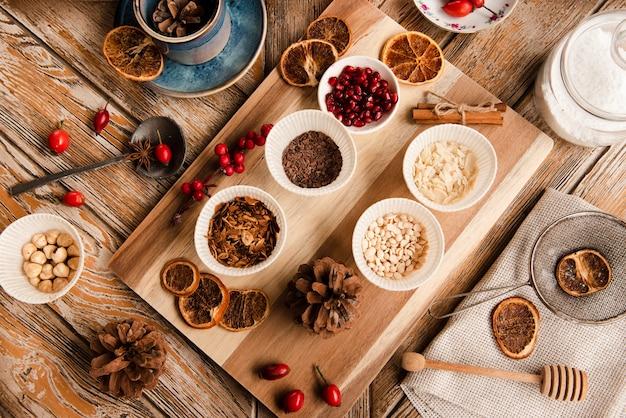 Assortiment d'ingrédients pour garnitures de gâteaux sur une planche à découper