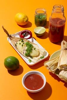 Assortiment d'ingrédients tamales sur une table orange